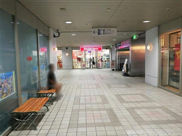 横須賀アプト2Fのダイソー側を見た休憩所