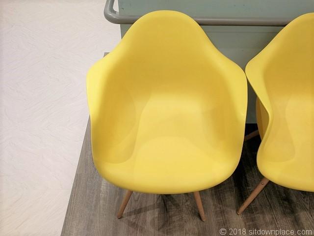 LIDRE(リドレ)横須賀2Fの黄色いチェア