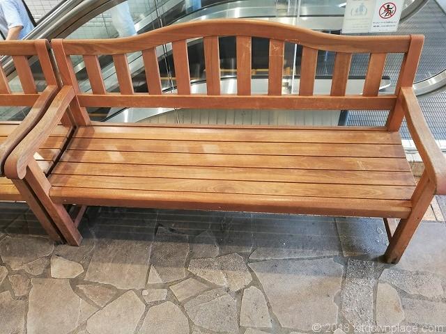 横須賀モアーズシティ1Fのベンチ