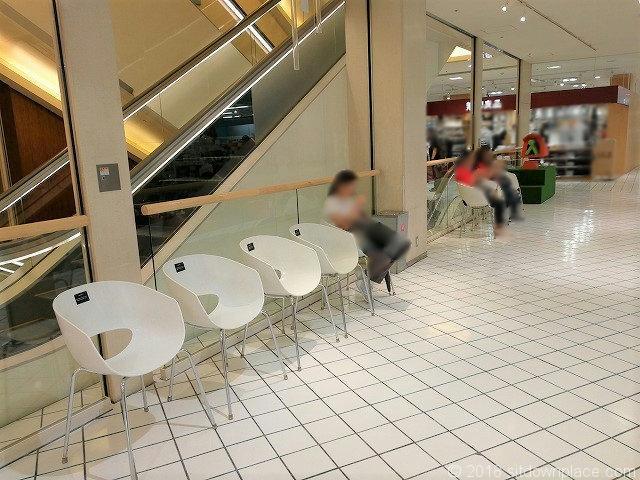 横須賀モアーズシティ5Fエスカレーター横の休憩所