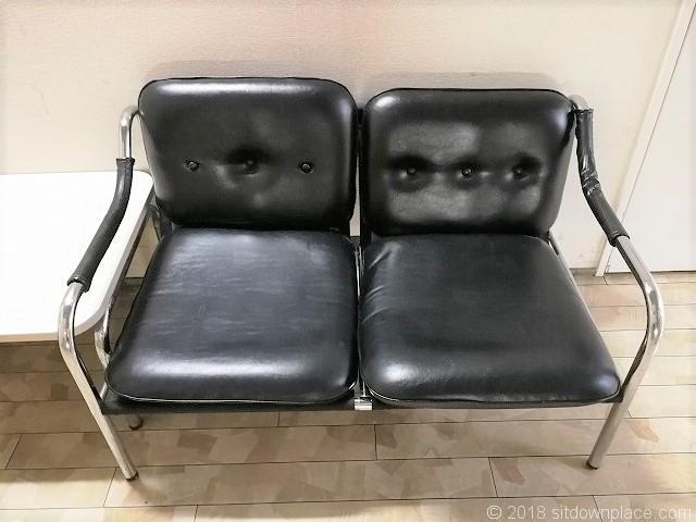 さいか屋横須賀店新館6F階段のソファ席