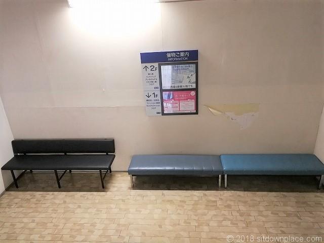 さいか屋横須賀店新館1F2F中階のベンチ