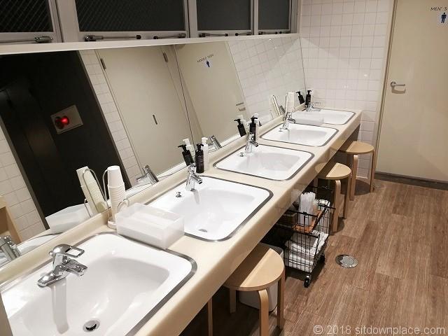 COCO STAYの洗面台とトイレ