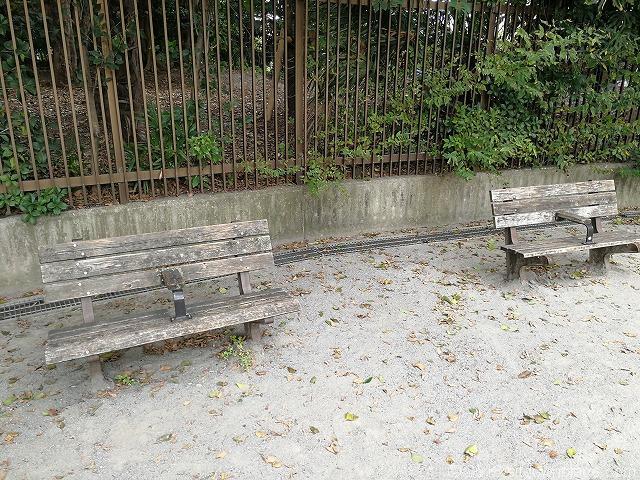 清澄庭園児童公園の2人掛け木製ベンチ