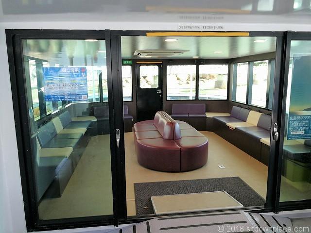 猿島航路船内の座席
