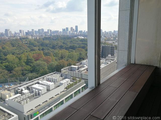 新宿高島屋12Fテラスのベンチ