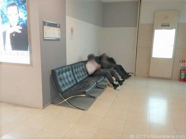 新宿高島屋3F Aロビーエレベーター前の休憩所