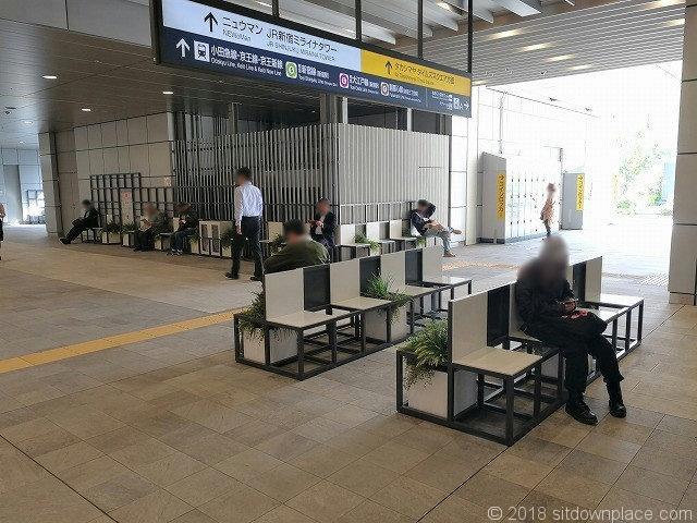 新宿駅新南改札前駅コンコースのベンチ