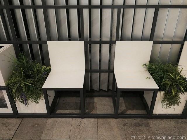新宿駅新南改札前駅コンコースのベンチの詳細