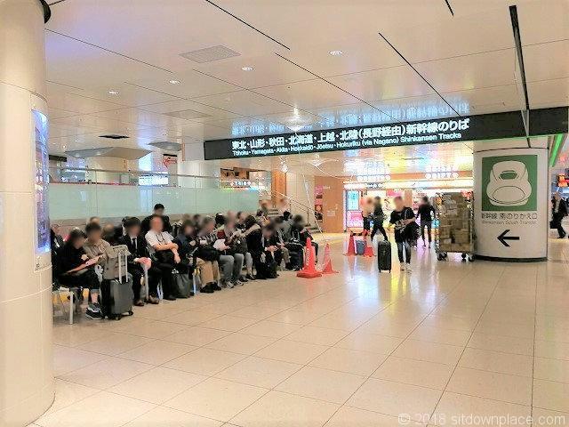 東北新幹線南のりかえ口 NewDays横の休憩所2018年10月頃の混雑状況