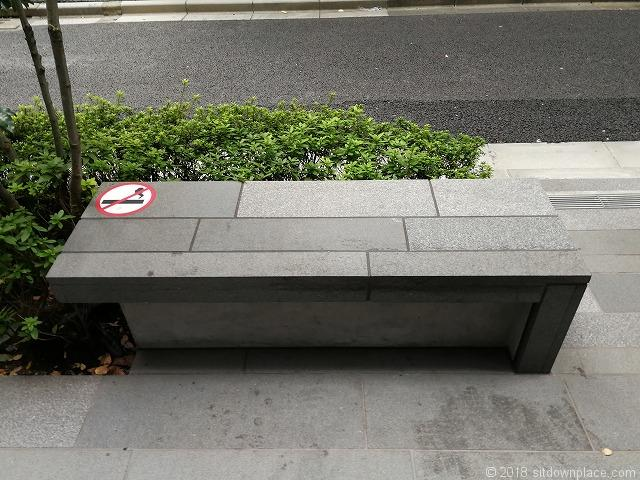 JEBL秋葉原スクエア横のベンチ