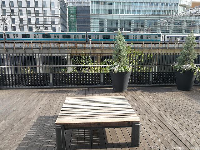 秋葉原UDXデッキの平型ベンチから見える京浜東北線