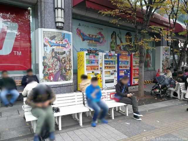 秋葉原ヨドバシカメラ前のベンチ