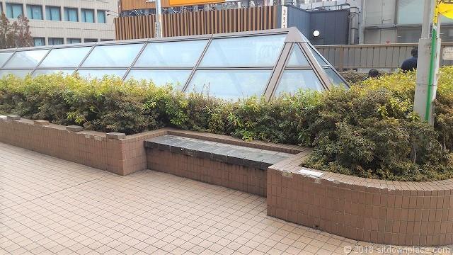 恵比寿駅東口公園のベンチ