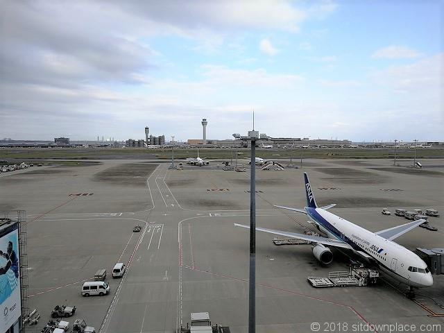 羽田空港国際線の展望デッキから見える管制塔
