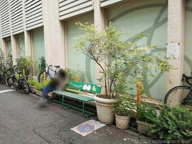 TSUTAYA脇路地のベンチ