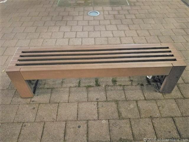 宮地楽器ホール前のベンチ詳細