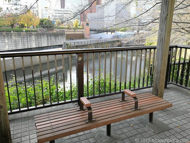 目黒川田楽橋付近のベンチ