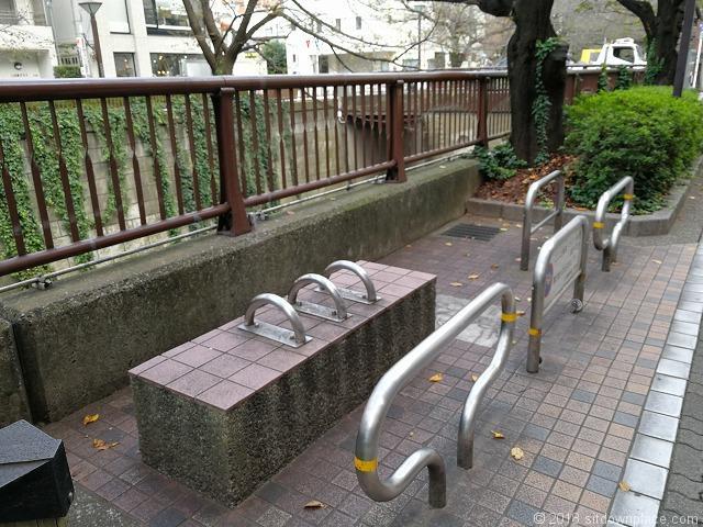 目黒川別所橋付近のベンチ