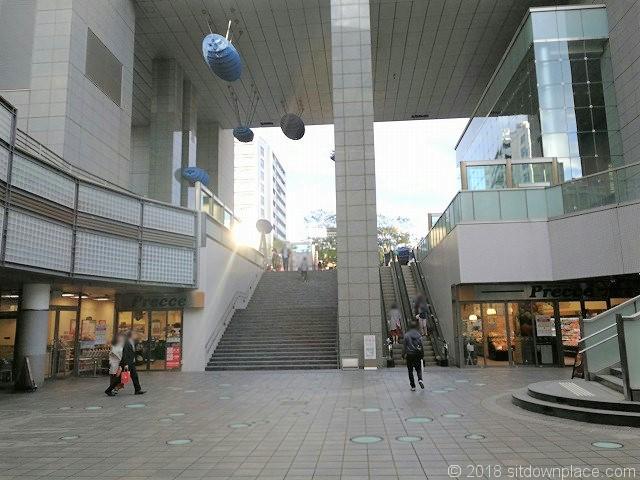中目黒GTのタワー前広場に通じる階段