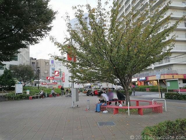王子駅前公園の休憩所