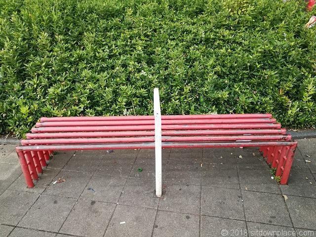 王子駅前公園のベンチ