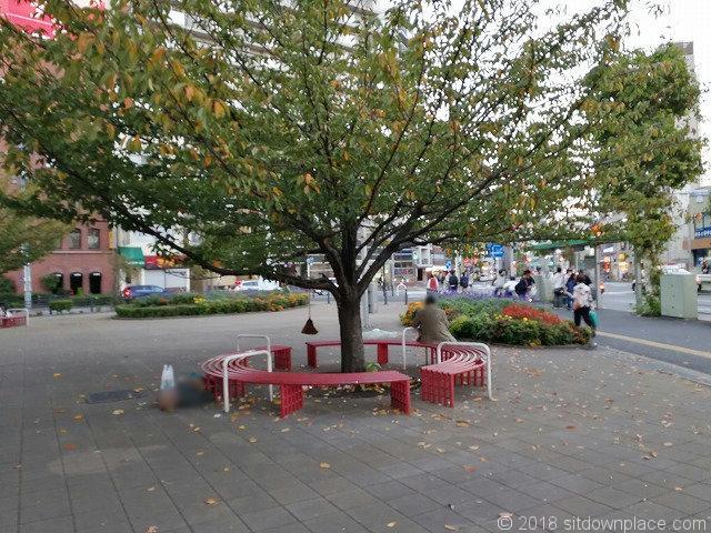王子駅前公園の円形ベンチ