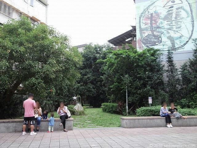永康街の公園広場の休憩所