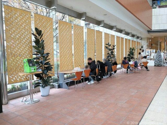 東京芸術劇場1Fのテーブル席