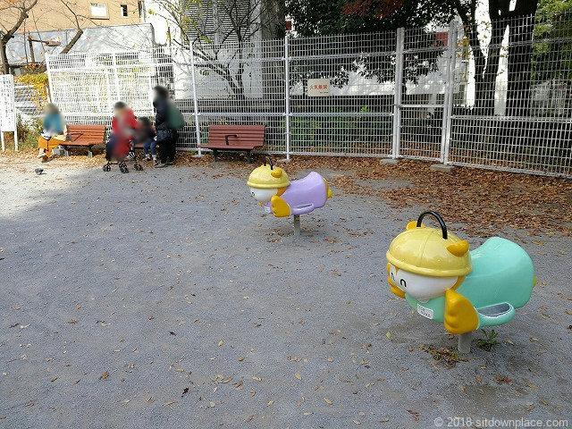 西池袋公園のベンチと遊具