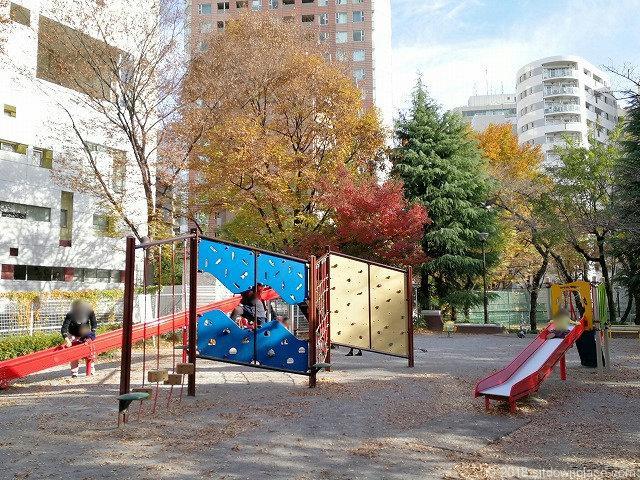 西池袋公園のすべり台とアドベンチャー遊具