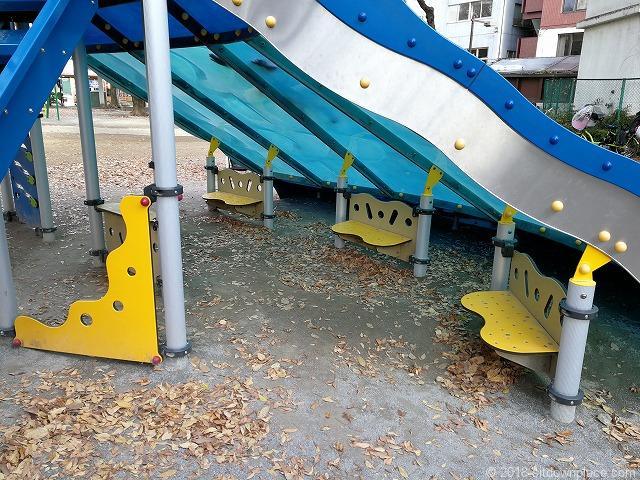 西池袋公園のすべり台下ベンチ