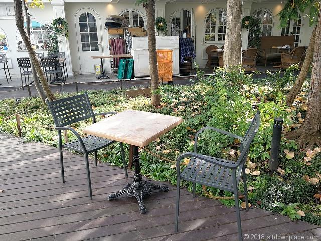 コピス3F 吉祥空園テラスの植樹側のテーブル席