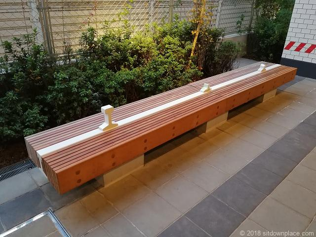 渋谷ブリッジの木製ベンチ
