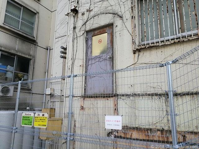 渋谷ブリッジ付近のビルにある設計ミスな扉