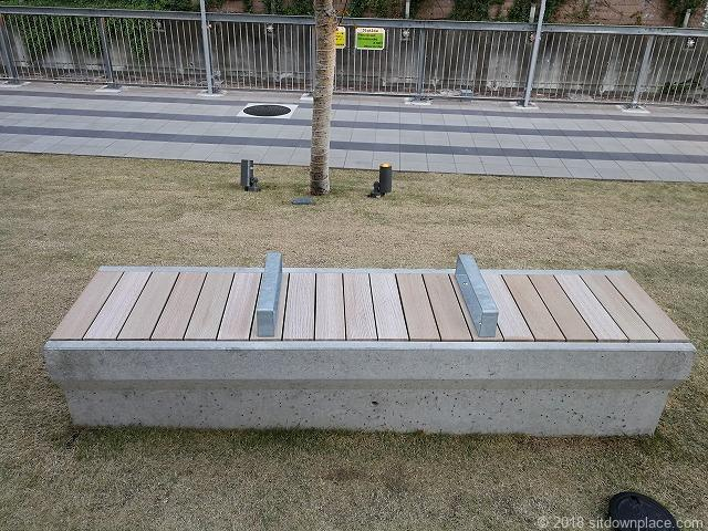 渋谷ブリッジ前の芝生にあるベンチ