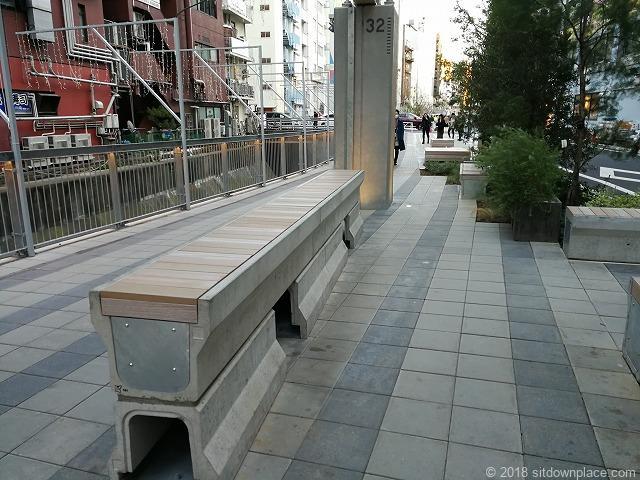 渋谷川沿いの背が高いベンチ