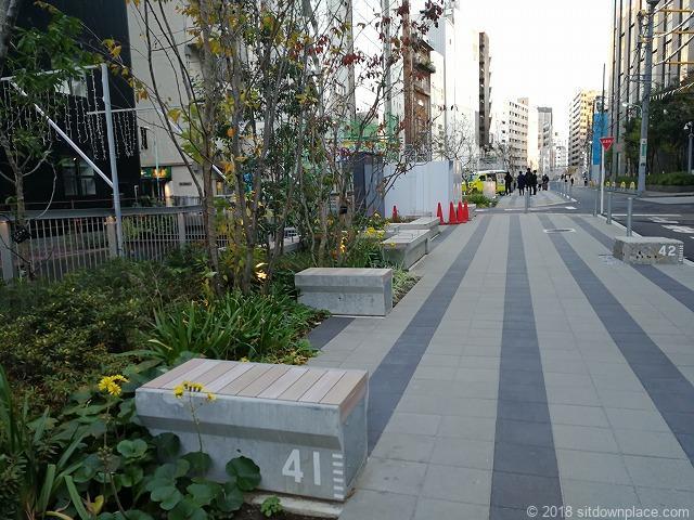 渋谷川沿いの2人掛け木製ベンチ