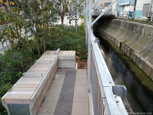 渋谷川を眺められるベンチ