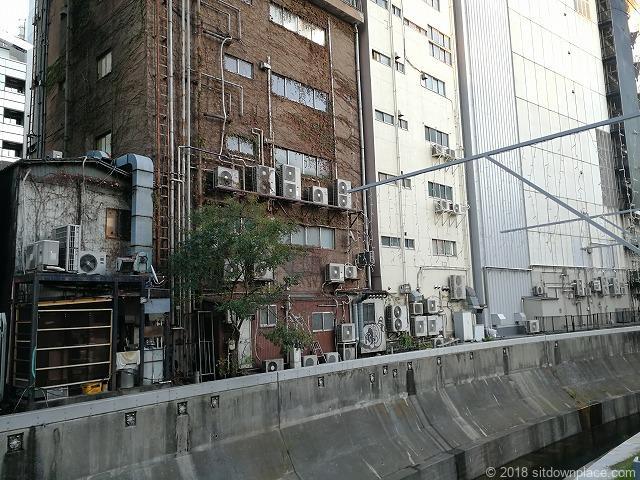 渋谷川沿いの室外機