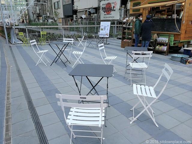 渋谷ストリーム1F金王橋広場のテーブル席