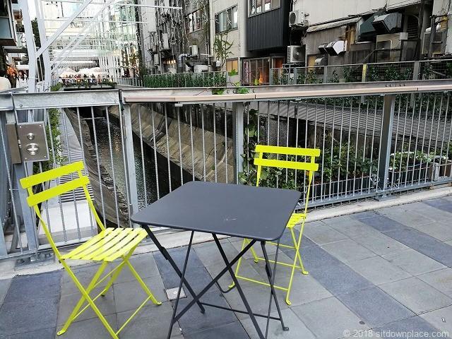 渋谷ストリーム1F金王橋広場のレモネード色のテーブル席