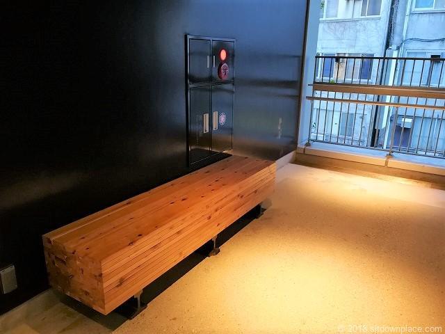 渋谷ストリーム2Fのエレベーター横の木製ベンチ