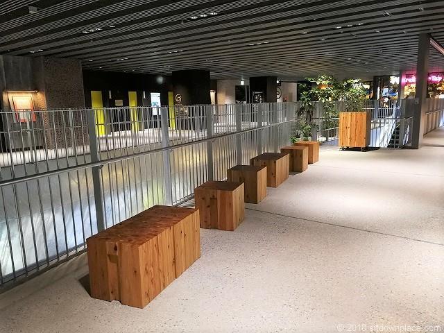 渋谷ストリーム3Fの正方形木製ベンチ