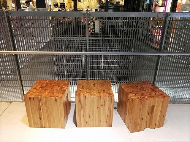 渋谷ストリーム3Fのビアバー付近の正方形木製ベンチ