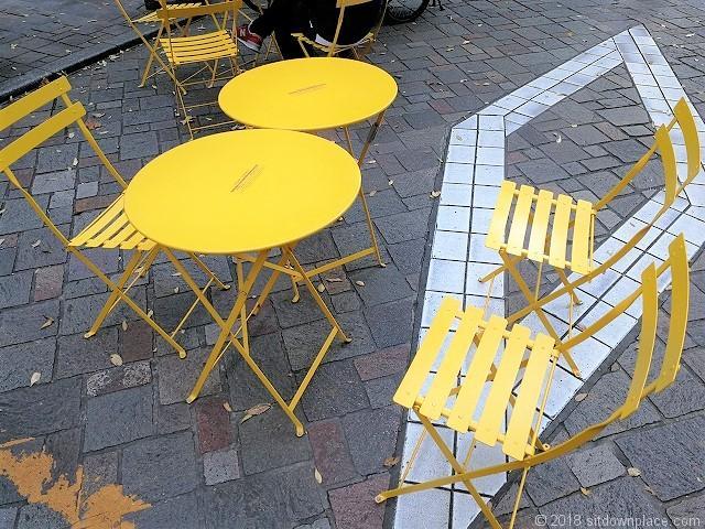 丸の内仲通りのアーバンテラスの黄色いチェア