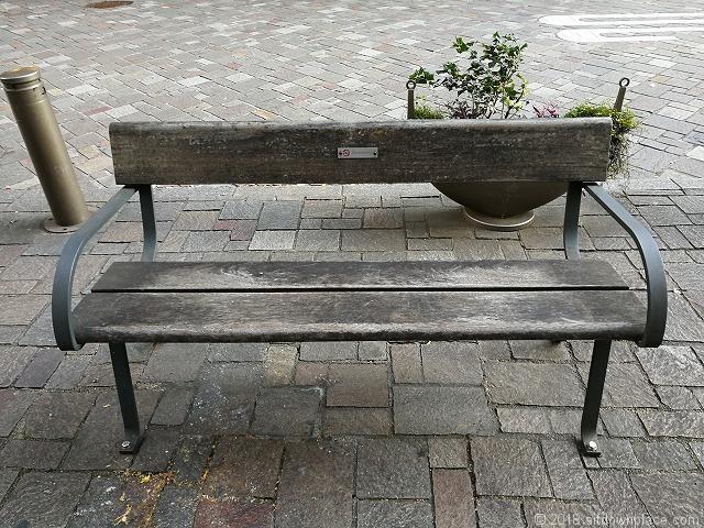 丸の内仲通りのシンプルなベンチ
