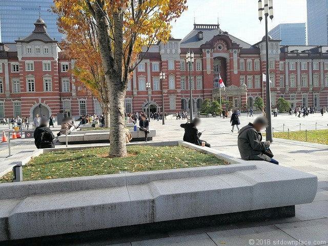 丸の内駅前広場の東京駅が見えるベンチ