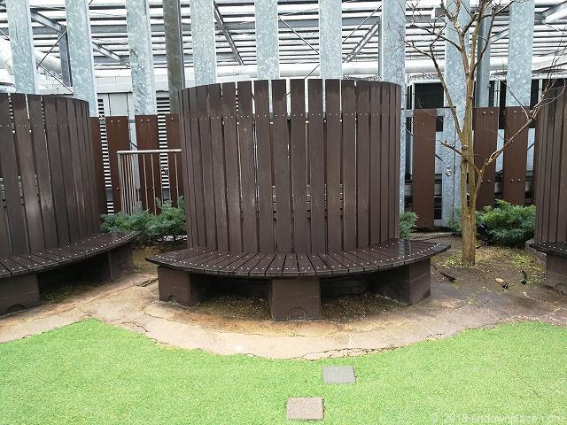 ベイクォーター6Fベイガーデンの木製ベンチ