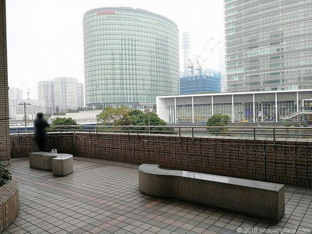 そごう横浜風の広場の休憩所